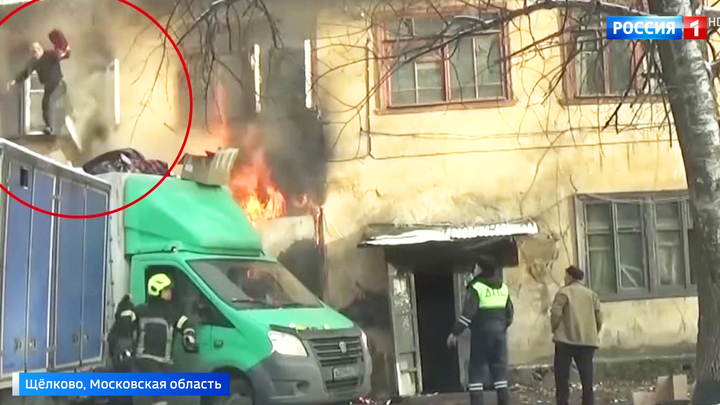 Спасли целый дом: находчивые полицейские вытащили людей из огня с помощью грузовика