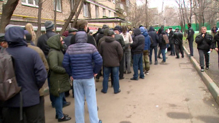 В очереди за справкой. Россияне стоят сутками за медицинским допуском для вождения авто