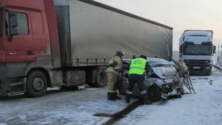 Пять человек, среди которых трое детей, погибли в ДТП с грузовиком
