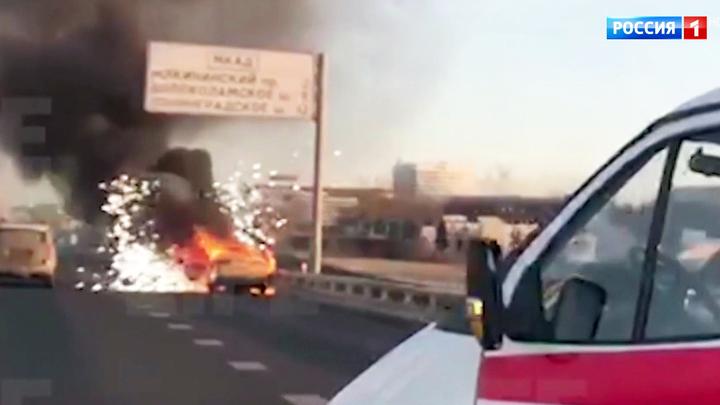 На МКАДе сгорел автомобиль такси