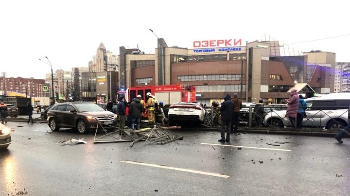 Девушка во время тест-драйва разбила 11 машин в Петербурге