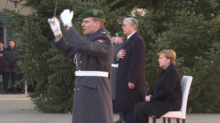 Ангела Меркель не смогла встать со стула при звуках гимна Казахстана