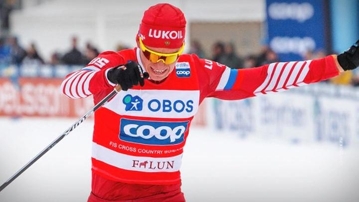 Лыжник Александр Большунов выиграл соревнования в скиатлоне на этапе Кубка мира