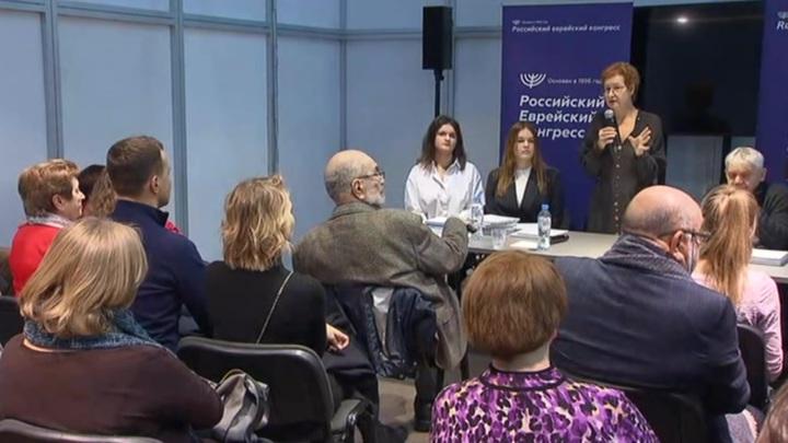 На выставке Non-Fiction московские школьницы презентовали книгу о Холокосте
