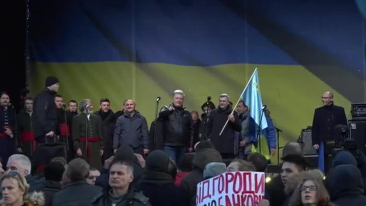 В Киеве закидали яйцами Порошенко и его жену