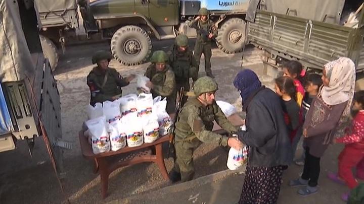 Российские военные раздали гуманитарную помощь жителям Ракки