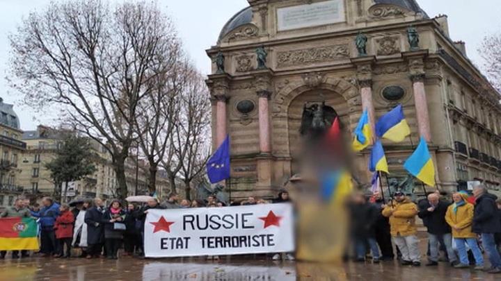Парижане закидали яйцами митинговавших в столице Франции украинцев