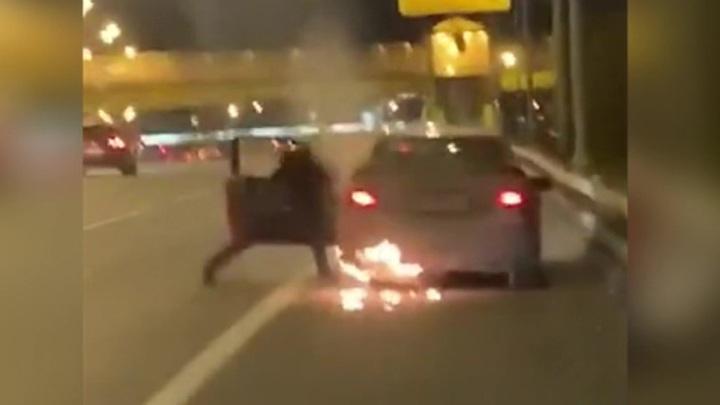 Пьяная девушка проехала по МКАДу в горящей машине и попала на видео
