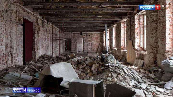 """Разрушают или реконструируют? Вокруг """"Художественного"""" кипят страсти"""