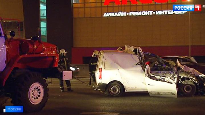 Авария на МКАД: легковой автомобиль влетел в стоящий грузовик