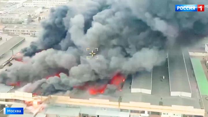 Пожар на Варшавском шоссе: есть угроза обрушения горящего здания