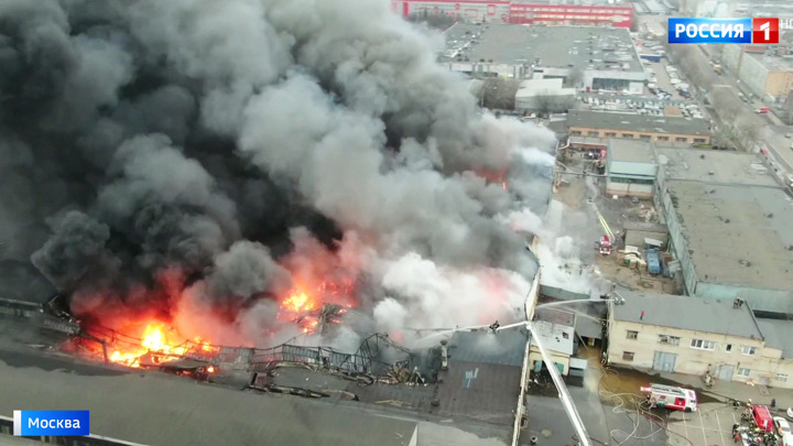 Пожар на складе в Чертанове локализован, но потушить пламя пока не удается