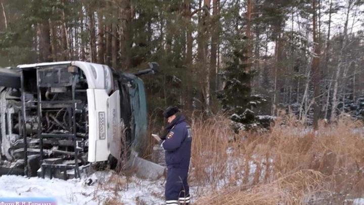В Свердловской области пассажирский автобус вылетел в кювет