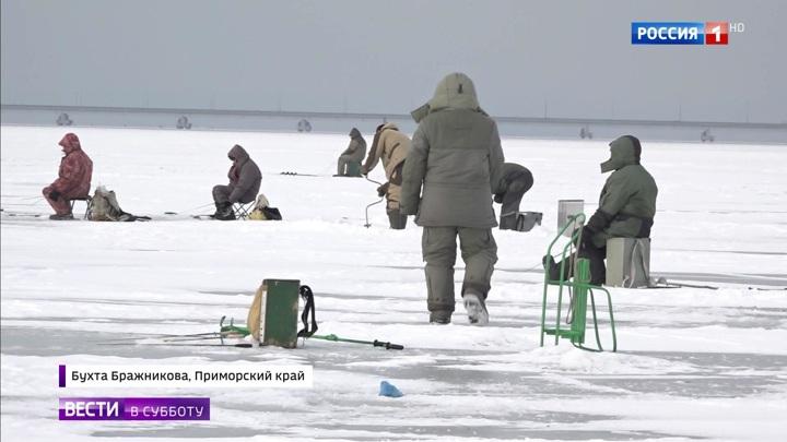 На тонком льду: ради улова рыбаки рискуют жизнью
