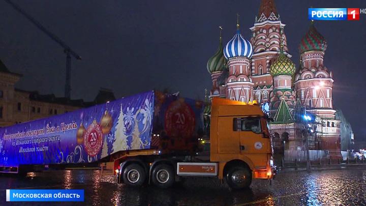 Главную елку страны доставили на Соборную площадь Кремля