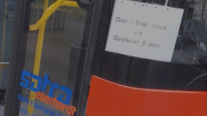 В Германии водителя автобуса уволили за самовольный плакат