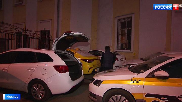 Садовническую улицу в столице оккупировали машины такси с заклеенными номерами