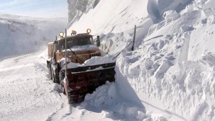 Вторая за сутки лавина сошла на трассу в Красноярском крае