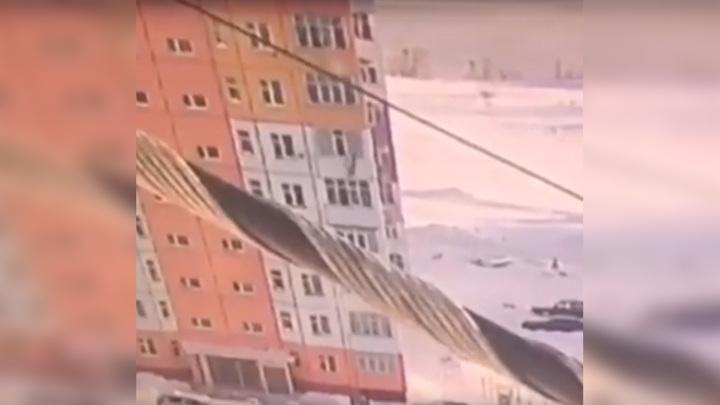 Встала и пошла: под Нижневартовском девушка упала в сугроб с 8 этажа