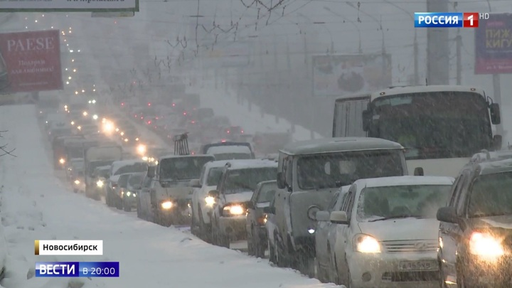 Сугробы в два метра, дороги под снегом: Сибирь накрыл мощный циклон