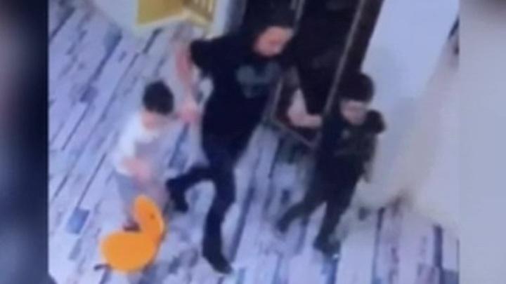 В московском элитном детсаду воспитатель запугала ребенка до заикания