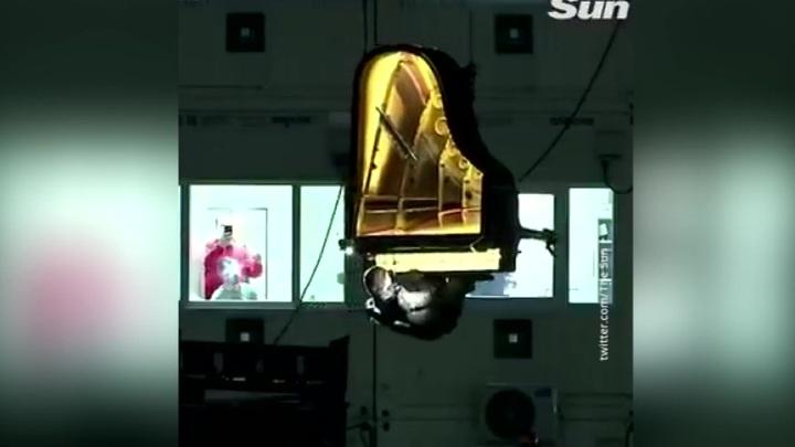 Пианиста вместе с роялем подвесили над стройкой концертного зала