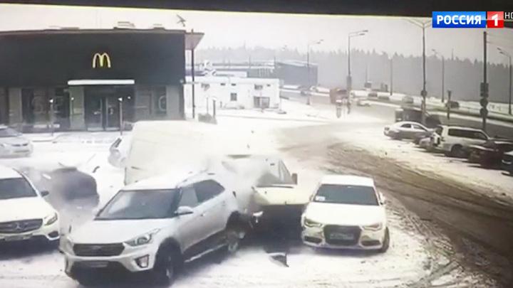 """Из-за гололеда на дороге """"Газель"""" снесла несколько автомобилей"""