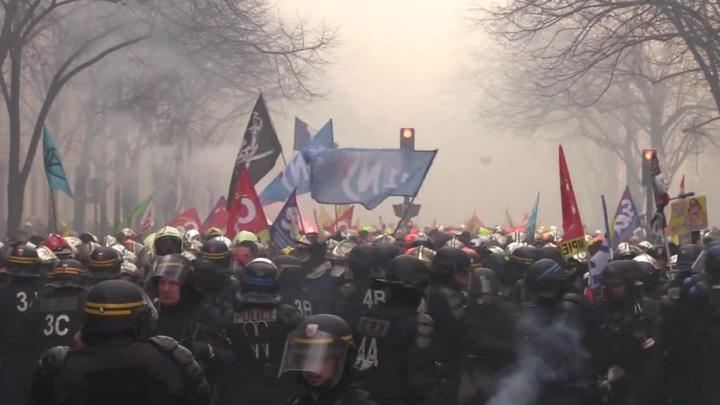 Французские пожарные вновь протестуют