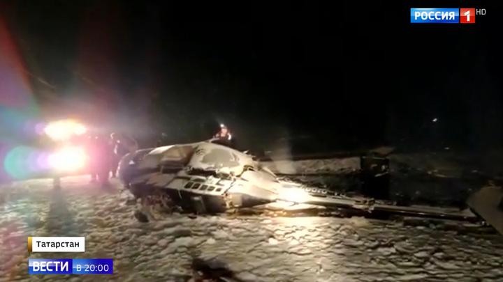Разбившийся вертолет с депутатом Госдумы рухнул на лед