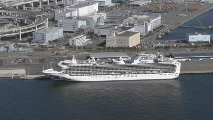 С лайнера Diamond Princess эвакуируют пожилых людей