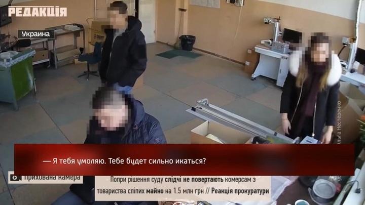 Одесские полицейские в ходе обыска офиса украли ценности и съели продукты