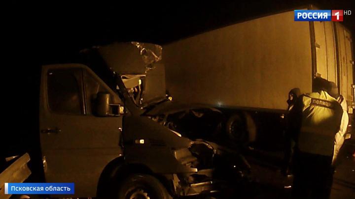 Страшная авария унесла жизни восьми человек в Псковской области