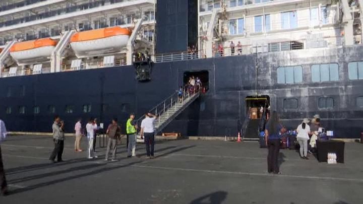 Российские туристы покинули лайнер Westerdam в камбоджийском порту