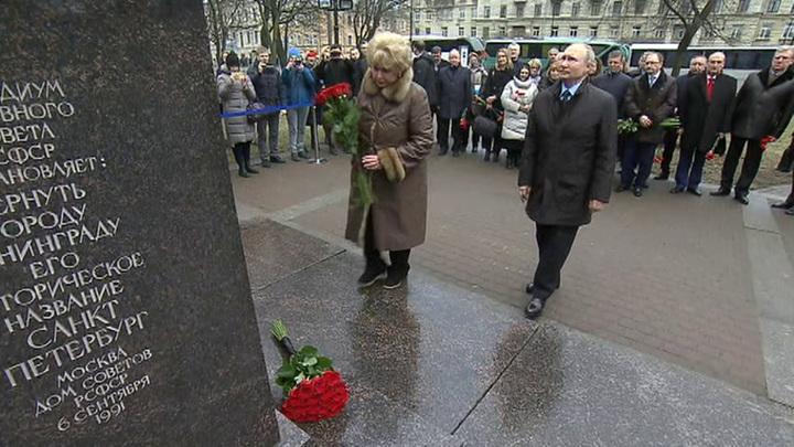 Путин возложил красные розы к памятнику Собчаку