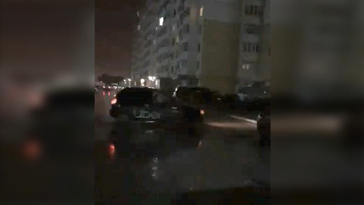 Пьяный таксист разбил во дворе пять машин и скрылся. Видео