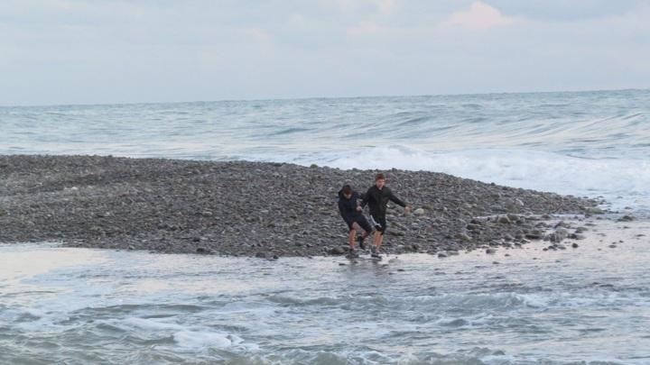 Унесенных в море детей ищут с катера и вертолета МЧС