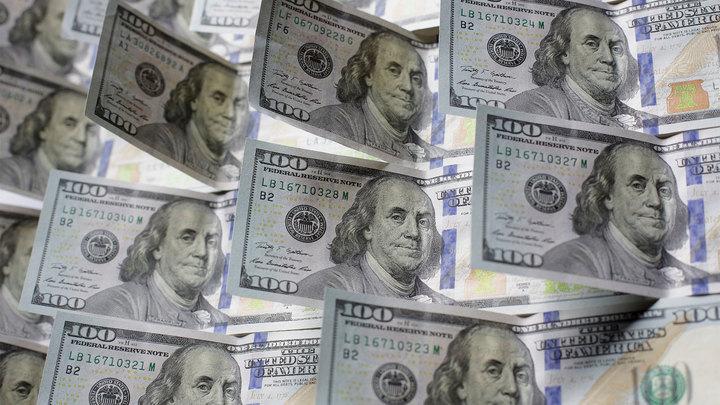 Вкладчики забирают валюту из банков и берут рекордные суммы кредитов