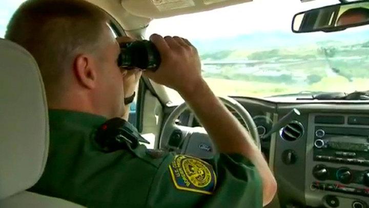 Толпы беженцев прорывают кордоны на границе Мексики и США