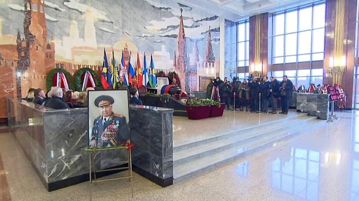 На военном мемориальном кладбище прощаются с маршалом Язовым