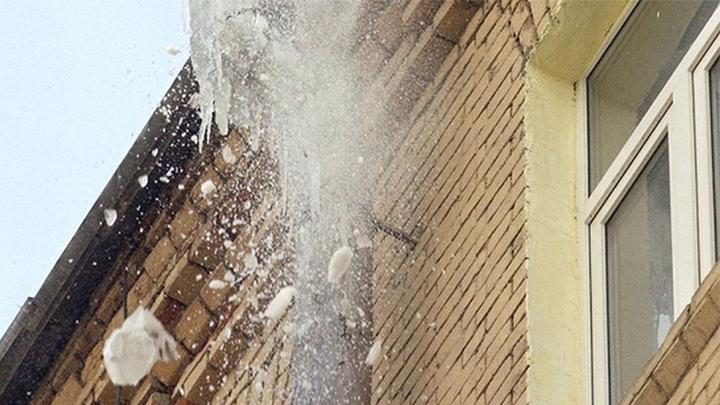 Жительницу Перми убило наледью, упавшей с крыши