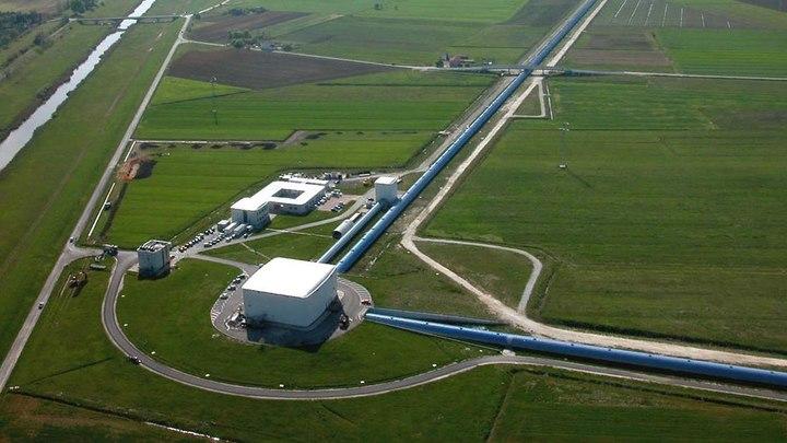 Вид с высоты на детектор VIRGO.