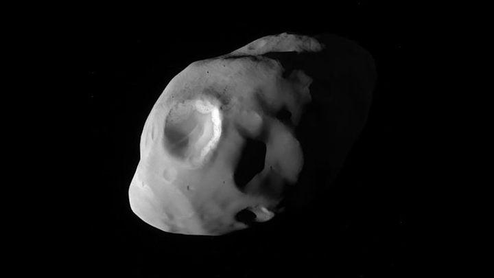 """""""Кассини"""" прислал детальный снимок спутника Сатурна, похожего на картофелину"""
