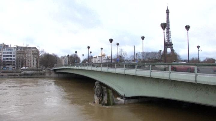 Сена вышла из берегов и топит парижские набережные