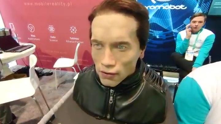 "Шварценеггер против ""Промобота"": Терминатор обиделся на робота-двойника"