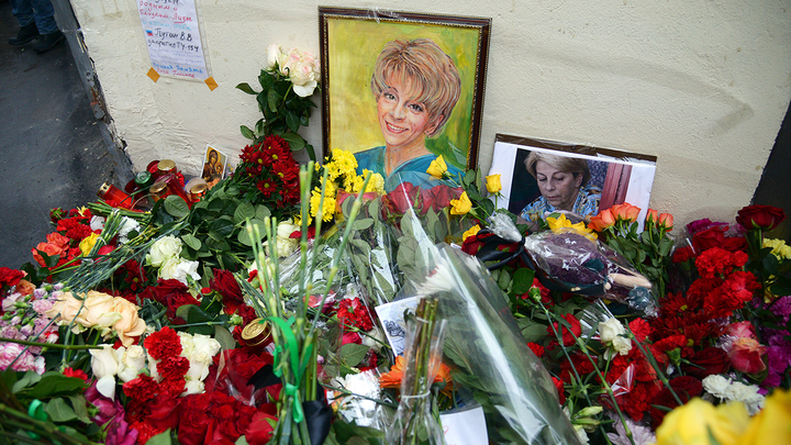 Цветы возле фонда Доктора Лизы
