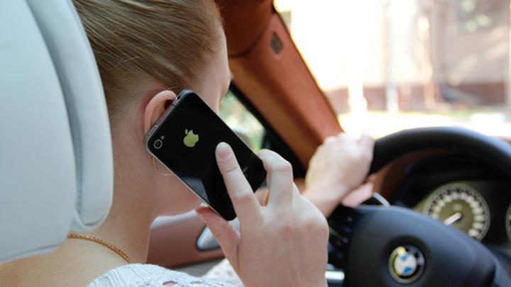 В России предложили повысить штраф за пользование телефоном за рулем