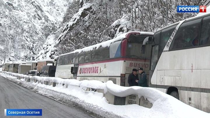 Из-за сильного снегопада в предгорьях Северной Осетии застряли тысячи машин