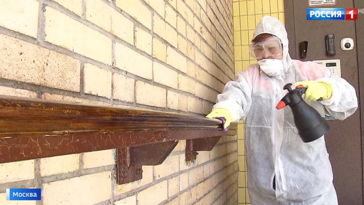 Предотвратить COVID-19: в Москве дезинфицируют подъезды и детские площадки