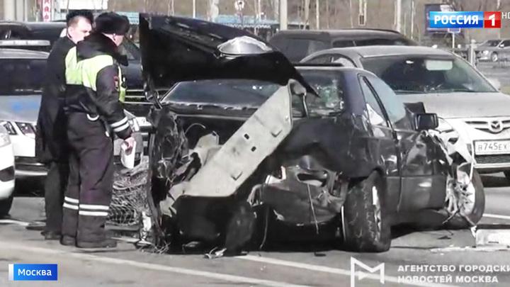 На Рублевском шоссе автомобиль выехал на встречку и задел три других