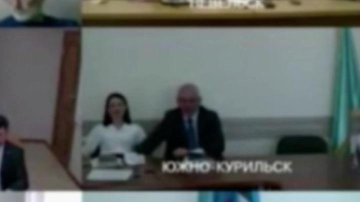 Следи за собой, будь осторожен: в Сети обсуждают фривольное поведение мэра Южно-Сахалинска и его помощницы